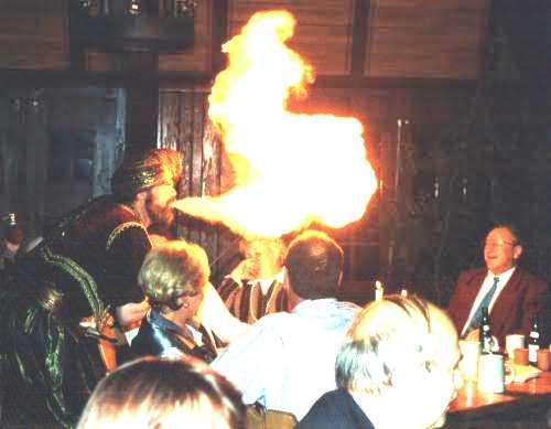 Feuer-zauberer fuer die geburtstagsfeier im restaurant in nrw, als feuerschlucker auf der hochzeit im hotel in hessen oder auf der betriebsfeier in der gastwirtschaft in bremen.
